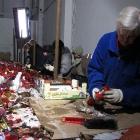 081 Loupání svíček - spolutvůrci při práci