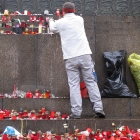 097 Úklid soklu sochy Sv. Václava 25.1. 2012