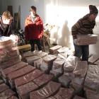 131 Studenti z Liberce nakládají díly k odvozu do ND 30.1.2012